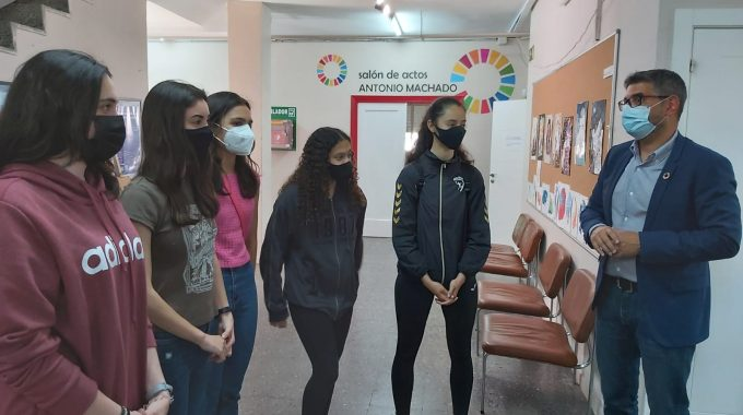 Seis Alumnas Del Giner De Los Ríos Reciben Dos Premios Por Un Proyecto Sobre Calidad Del Aire En Las Aulas